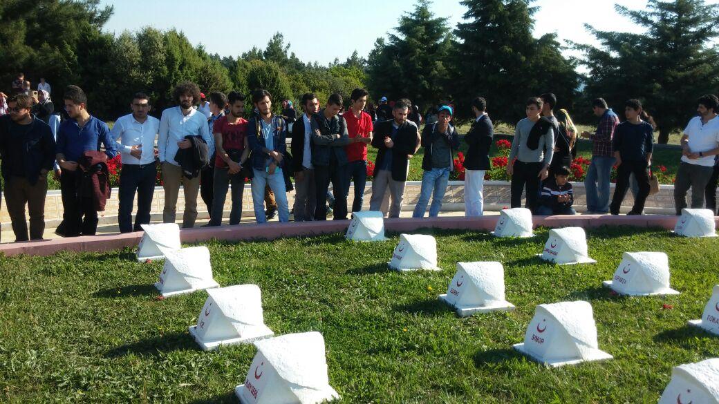 Hür gençler Çanakkale şehitlerini ziyaret etti
