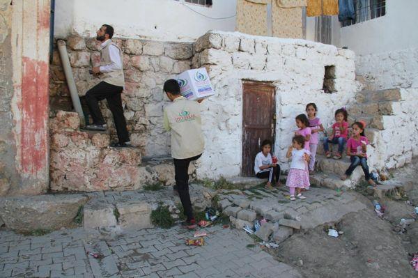 IHO-EBRAR'dan Midyatlı fakirlere gıda yardımı