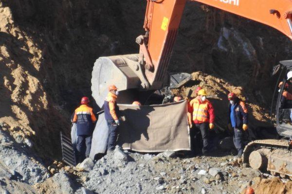 Göçük altındaki 8`inci işçinin cesedine ulaşıldı