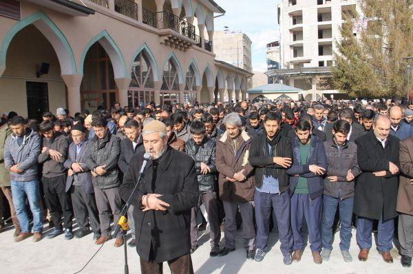 Halep`te katledilenler için gıyabi cenaze namazı kılındı