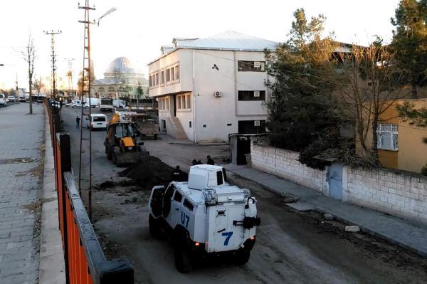 Belediye kazı çalışmaları polis kontrolünde yapılıyor
