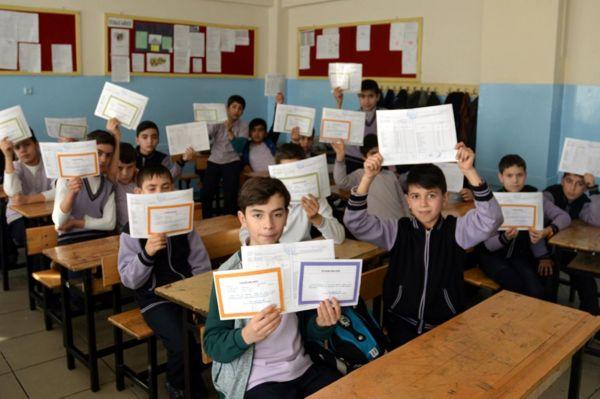 Suriyeli öğrenciler de karne heyecanı yaşadı