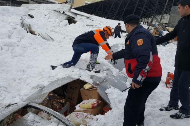 Yine çatı vakası! Ağrı'da sebze pazarının çatısı kardan çöktü