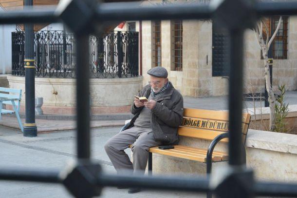 Yaşlı amcanın Kur`an okuma azmi gençlere örnek oluyor