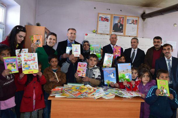 Dağ köyündeki öğrencilere kitap dağıtıldı