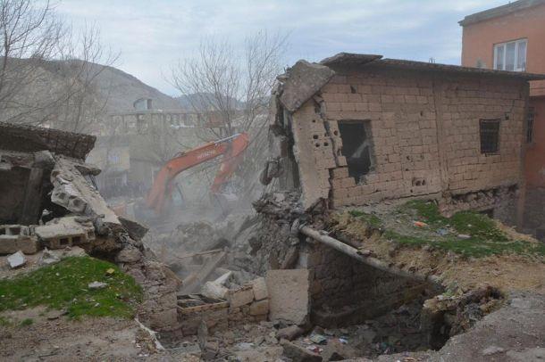 Halkın tepki gösterdiği metruk yapıların yıkımına başlandı