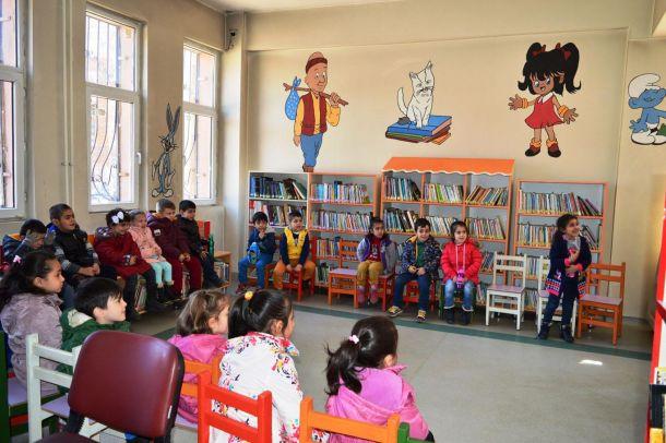 Minik çocuklar kütüphaneyle buluştu