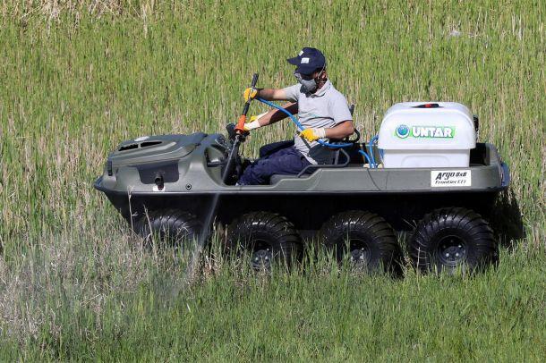 Van'da sineklerle mücadelede amfibik araç kullanılıyor