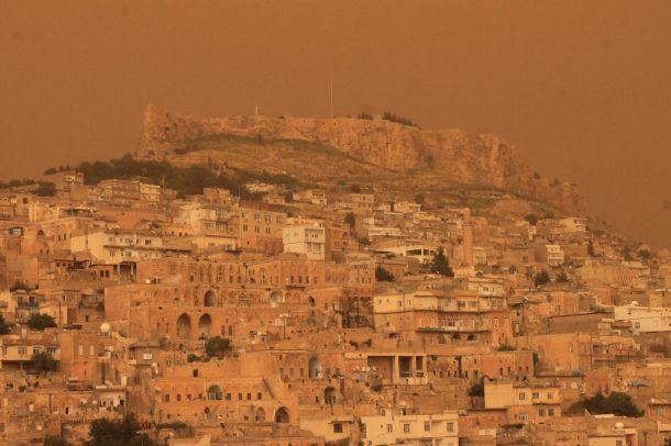 Mardin'de gökyüzü kızıla boyandı