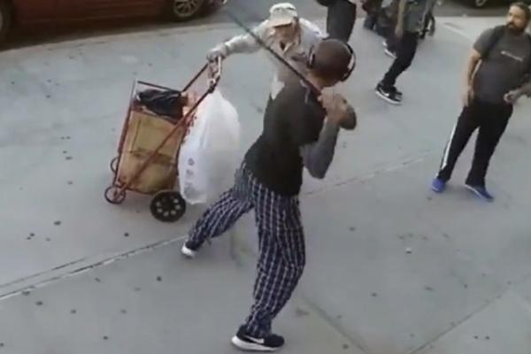 Yaşlı adama acımasızca vurdu!