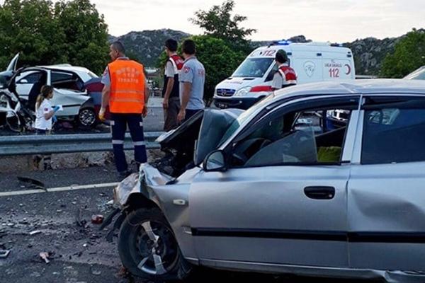 8 aylık hamile kadınında bulunduğu kazada 4 kişi öldü