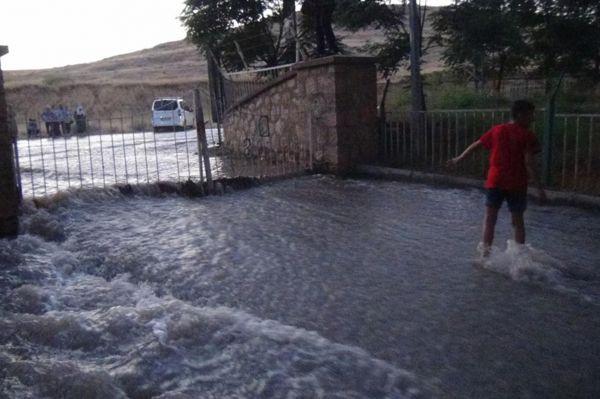 Mardin`de içme suyu şebekesi patladı