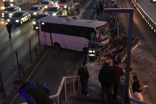 Servis minibüsü metrobüs durağına girdi... Seferler durdu