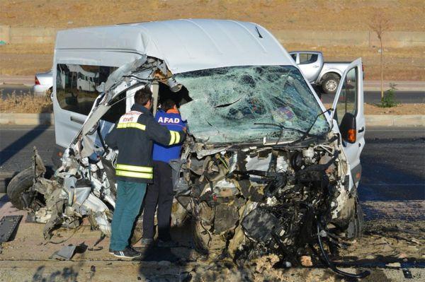 Öğrenci servisi ile belediye otobüsü çarpıştı: 2'si ağır 15 yaralı