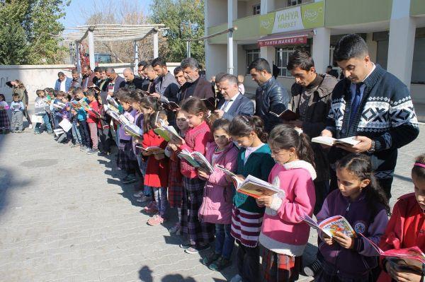 Köy meydanında 7'den 70'e herkes kitap okudu