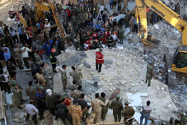 İran'da deprem nedeniyle ölenlerin sayısı 407 oldu