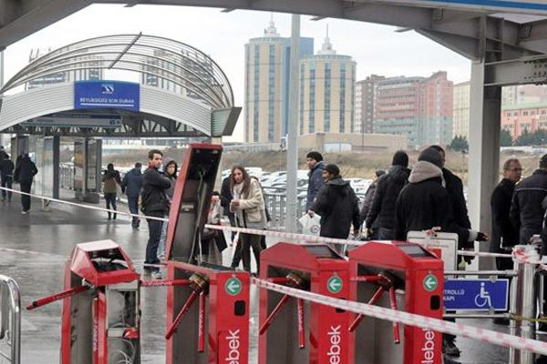 turnikelerin önünde kart basanlar ile ilgili görsel sonucu