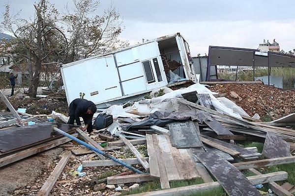 Şiddetli yağış, fırtına ve hortum Antalya'yı vurdu