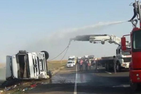 Ham petrol yüklü tanker devrildi: 2 yaralı