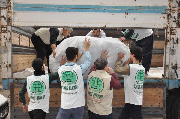 Umut Kervanı'ndan depremzedelere battaniye ve un yardımı