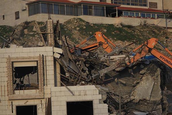 İşgal ordusu Filistinlilere ait evi yıktı