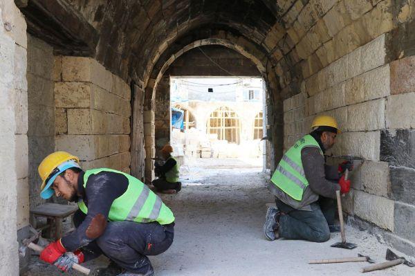 Tarihi yapılar taş ustalarının elinde hayat buluyor