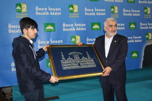 Yusufi Ekrem Kılavuz'dan HÜDA PAR Genel Başkanı Yapıcıoğlu'na anlamlı hediye