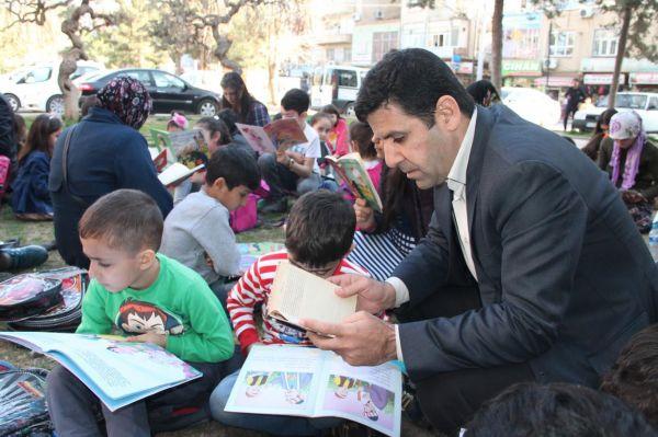 Öğrenciler ve veliler birlikte kitap okuyor