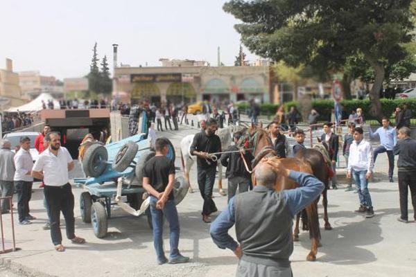 At arabacılar kırık arabalarıyla eylem yaptı