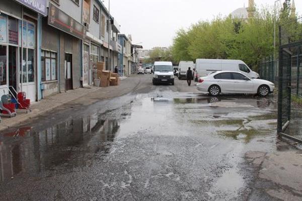 Kanalizasyondan çıkan suya esnaftan tepki