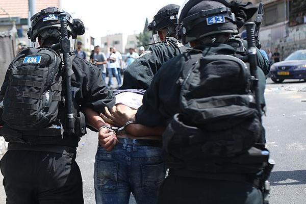 İşgalciler 30 Filistinliyi alıkoydu