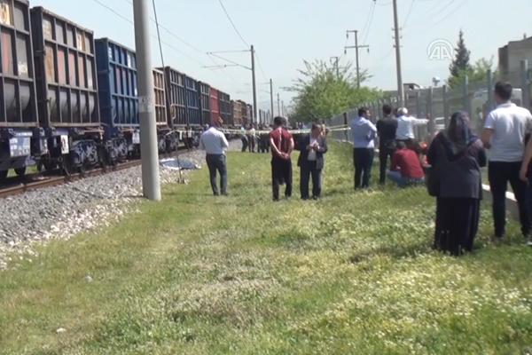 Trenin çarptığı baba ve kucağındaki bebeği öldü