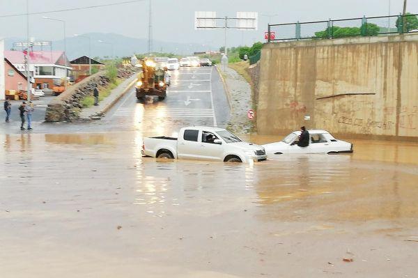 Bingöl`de sağanak yağış hayatı felç etti