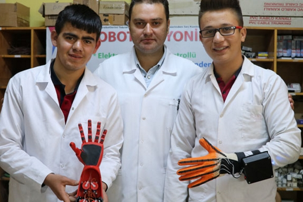 Liseliler tehlikeli işler için BİYONİK EL yaptı