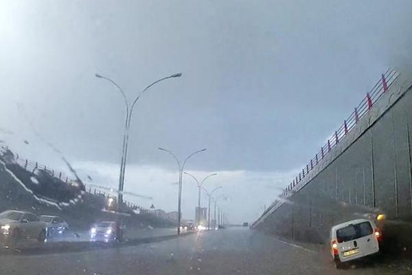 Sağanak yağış Diyarbakır`da hayatı felç etti
