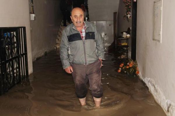 Van`da evler atık su altında kaldı