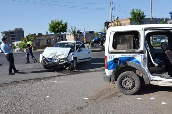 Siverek`te trafik kazası: 2 polis, 1 asker yaralı