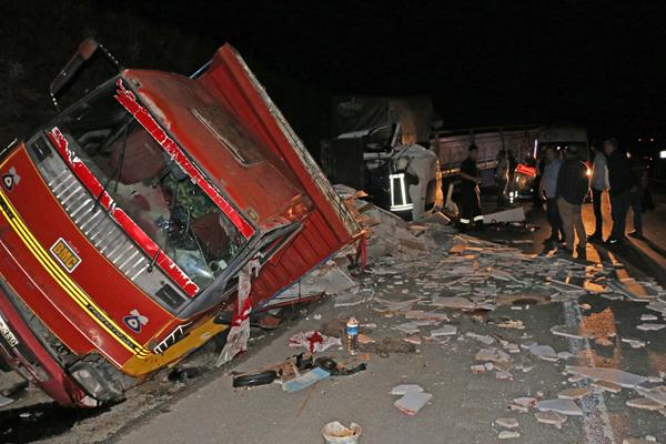 Manisa`da kamyonla tır çarpıştı: 1`i ağır 2 yaralı