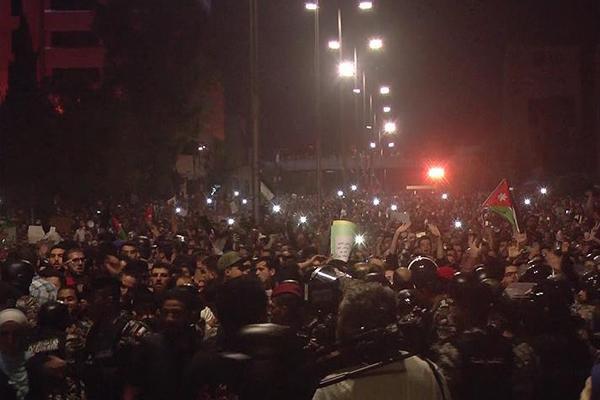 Başbakanın istifasına rağmen protestolar durulmuyor