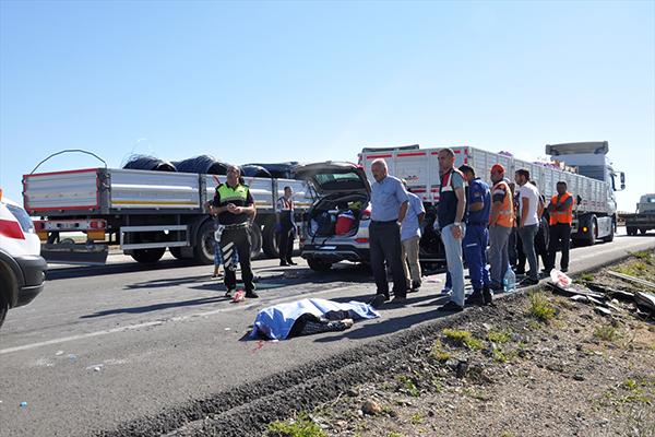 Konya'da otomobil tıra çarptı: 2 ölü, 5 yaralı