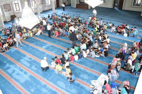 Yaz Kur'an kursu öğrencileri 15 Temmuz şehitlerini andı