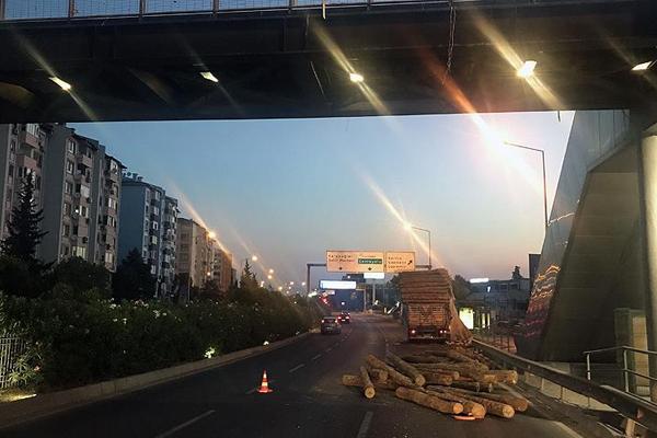 İzmir`de tır üst geçide çarptı