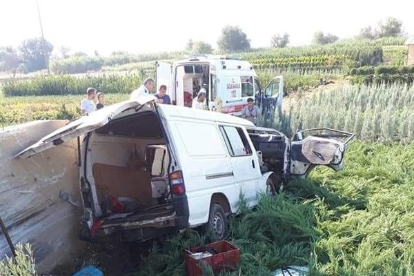 Minibüs çiçek serasına devrildi: 1 ölü, 3 yaralı