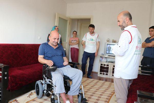 IHO-EBRAR`dan felçli hastaya akülü sandalye