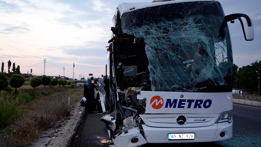 Amasya`da yolcu otobüsü tıra çarptı: 23 yaralı