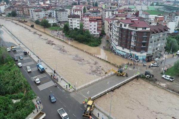 Karadeniz Sahil Yolu ulaşıma kapatıldı!