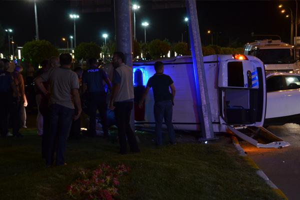Polis aracı ile otomobil çarpıştı: 3 yaralı