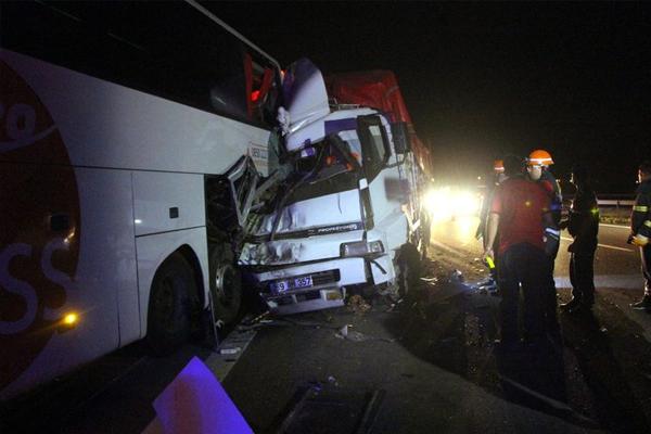 Kamyon yolcu otobüsüne çarptı: 1 ölü, 4 yaralı - (1)