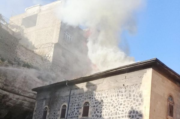 Çıkan yangın tarihi camiyi kullanılamaz hale getirdi