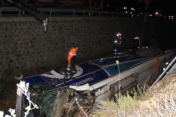 Afyonkarahisar`da yolcu otobüsü devrildi: 7 ölü, 28 yaralı